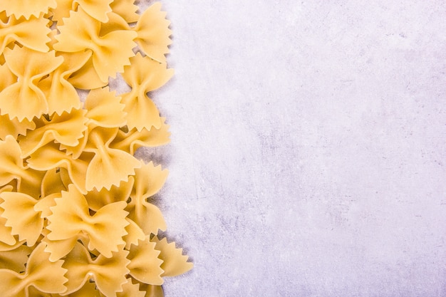 Pâtes italiennes farfalle copy space