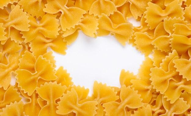 Pâtes italiennes farfalle. noeuds de pâtes avec du blanc