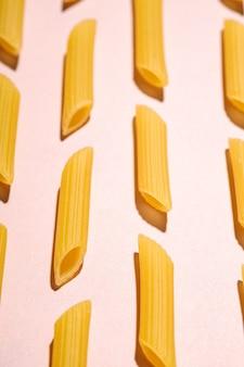 Pâtes italiennes, motif macaroni cru en tube de penne
