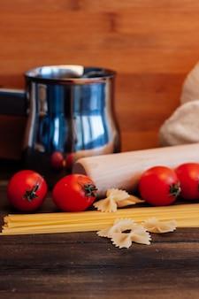 Pâtes italiennes pâtes tomates cerises table en bois de cuisson