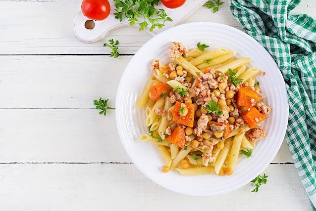Pâtes italiennes, penne à la viande hachée, pois chiches et citrouille.