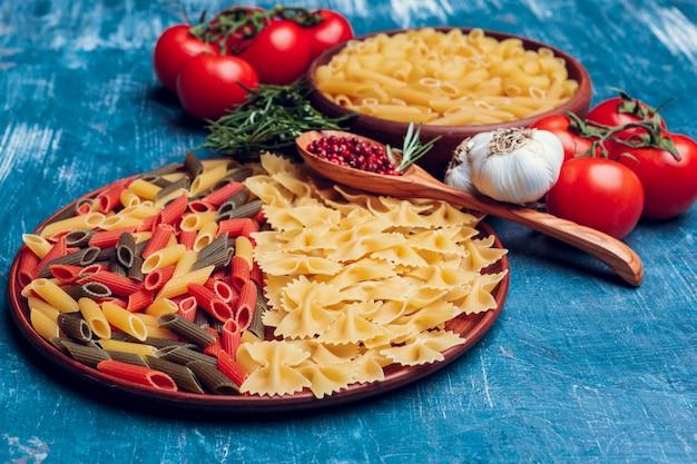 Pâtes italiennes en plaque sur une table en bois bleue