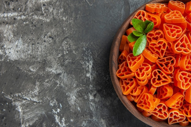 Pâtes italiennes rouges en forme de coeur de la moitié supérieure