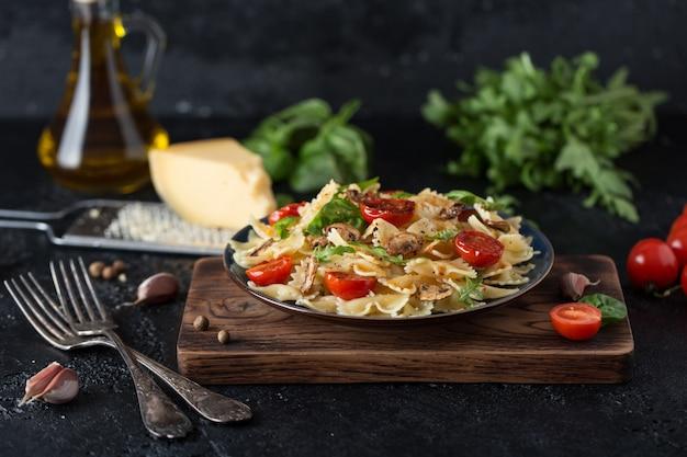 Pâtes italiennes avec sauce, tomates cerises, basilic et parmesan. délicieuse assiette de pâtes
