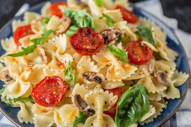 Pâtes italiennes avec sauce, tomates cerises, basilic et parmesan