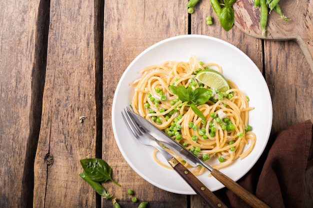 Pâtes italiennes - spaghetti au fromage et pois verts