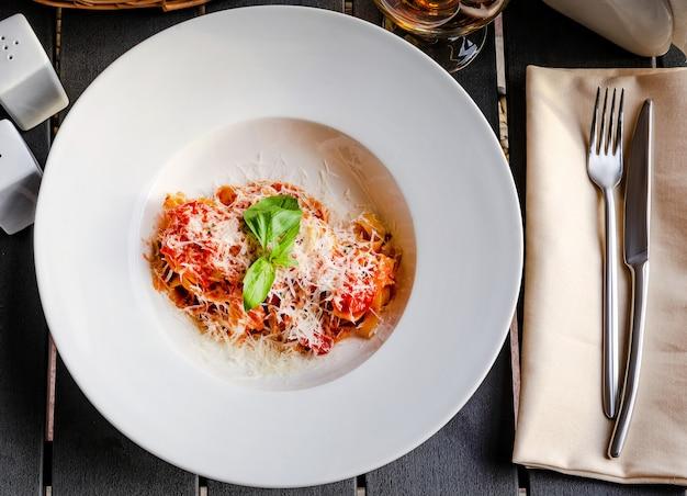 Pâtes italiennes avec tomates, fromage et un brin de basilic