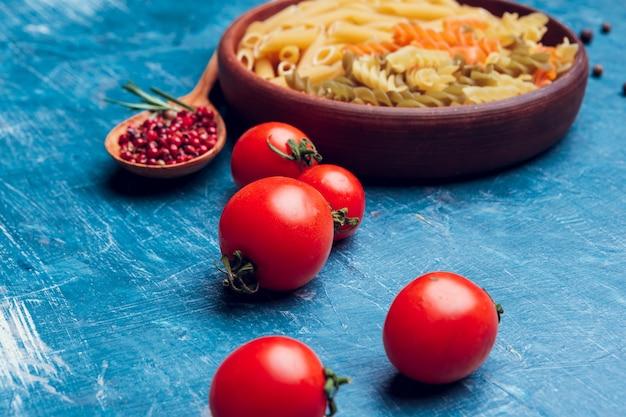 Pâtes italiennes et tomates gros plan, vue de dessus