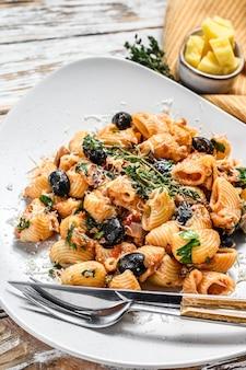 Pâtes italiennes traditionnelles à la tomate, olives, câpres, anchois