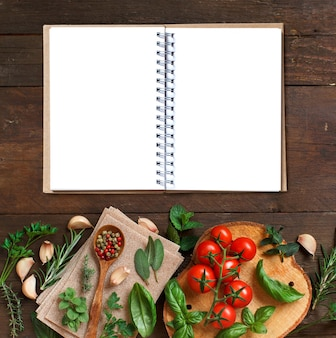 Pâtes à lasagne crues, légumes et herbes sur une surface en bois