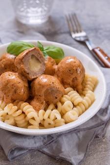 Pâtes macaroni aux boulettes de viande farcies à la mozzarella