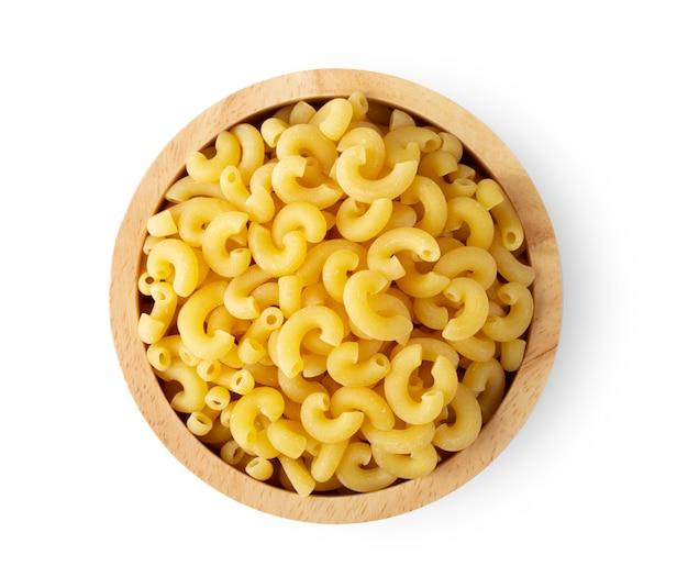 Pâtes macaroni bouchent dans un bol en bois isolé