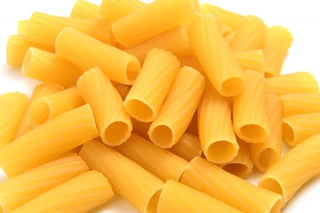 Pâtes macaronis sur fond blanc