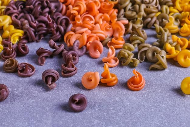 Pâtes multicolores de forme inhabituelle avec des colorants végétaux naturels