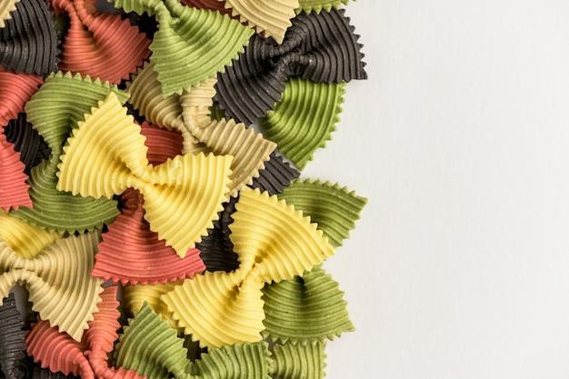 Pâtes noeud papillon de couleur. gros plan plusieurs farfalle isolés.