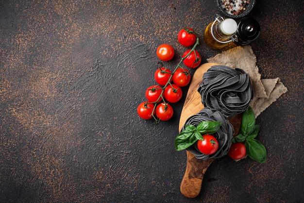 Pâtes noires non cuites à la tomate et au basilic