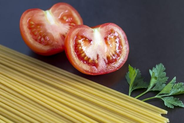 Pâtes non cuites aux tomates.
