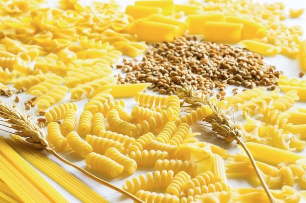 Pâtes, nouilles, brindille de blé et blé sur la table