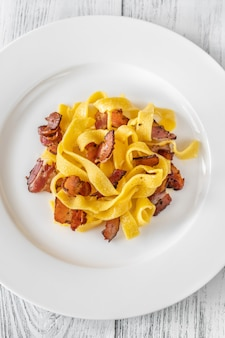 Pâtes pappardelle avec pancetta. variation des pâtes carbonara.