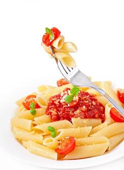 Pâtes penne à la sauce bolognaise, parmesan et basilic