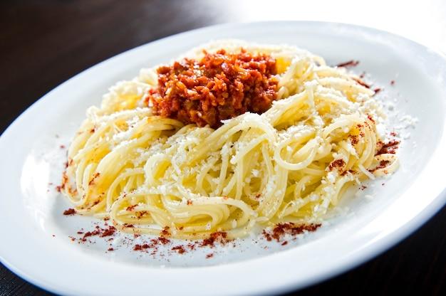Pâtes penne à la sauce pesto, courgettes, petits pois et basilic. nourriture italienne. vue de dessus. mise à plat.