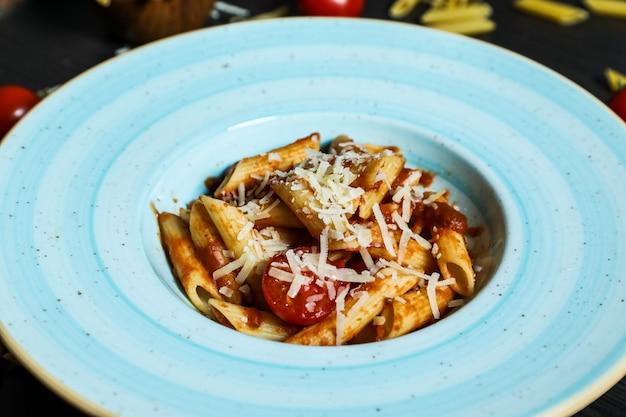 Pâtes penne sauce tomate et parmesan