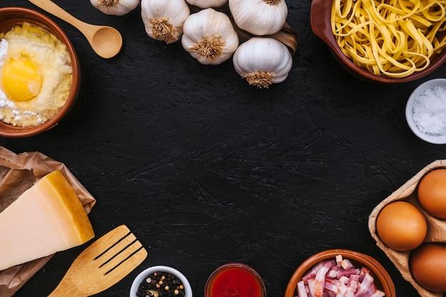 Pâtes près des ustensiles et des ingrédients