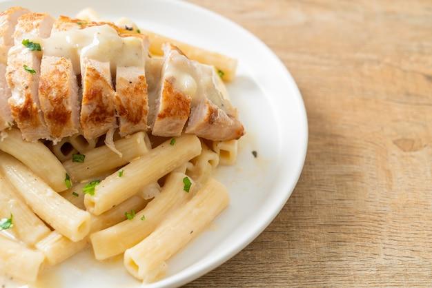 Pâtes quadrotto penne maison sauce crémeuse blanche au poulet grillé