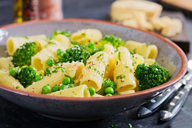 Pâtes rigatoni au brocoli et aux pois verts. menu végétalien. aliments diététiques