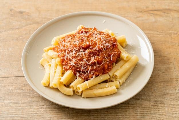 Pâtes rigatoni à la sauce bolognaise au porc - style cuisine italienne
