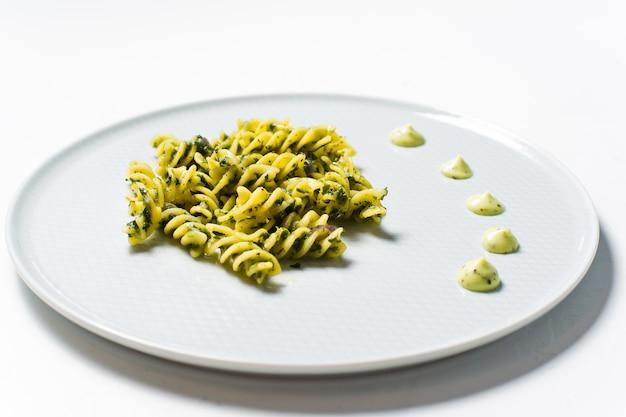 Pâtes sans gluten aux épinards. plat de régime. minimalisme.