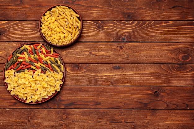 Pâtes séchées sur fond de bois