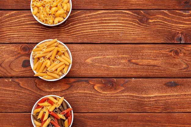 Pâtes séchées sur fond de table en bois