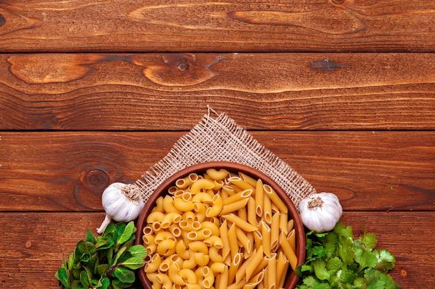Pâtes séchées sur table en bois