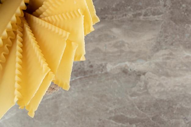 Pâtes sèches non cuites sur une surface en marbre