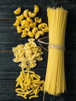 Pâtes sèches non traitées bande de spaghettis sur table noire