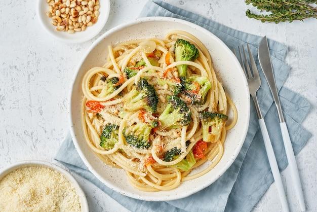 Pâtes spaghetti au brocoli, bucatini aux poivrons, ail, pignons de pin. nourriture pour végétaliens, végétariens.