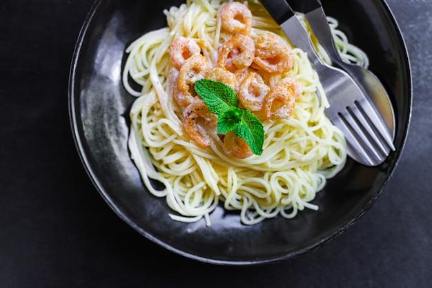 Pâtes spaghetti aux crevettes sauce crémeuse aux fruits de mer aux crevettes