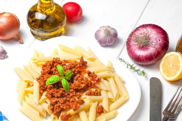 Pâtes spaghetti à la bolognaise avec des ingrédients