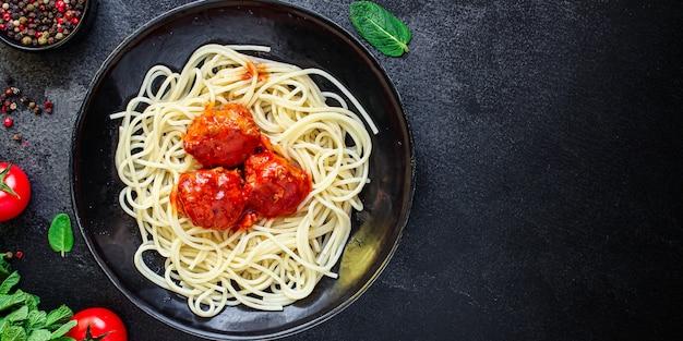 Pâtes spaghetti boulettes de viande sauce tomate