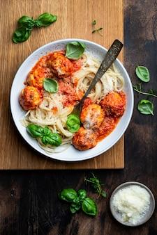 Pâtes spaghetti classiques aux boulettes de viande et sauce tomate
