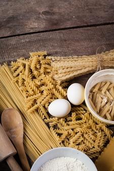 Pâtes spaghetti à la farine, oeuf sur vieux bois