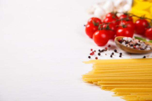 Pâtes spaghetti avec des ingrédients pour la cuisson des pâtes