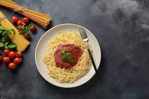 Pâtes spaghetti italiennes classiques avec sauce tomate et basilic