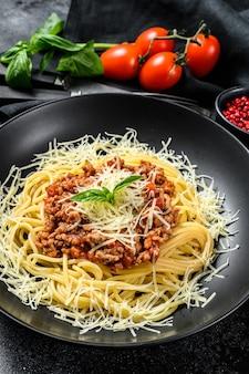 Pâtes spaghetti italiennes avec sauce tomate, fromage parmesan et basilic