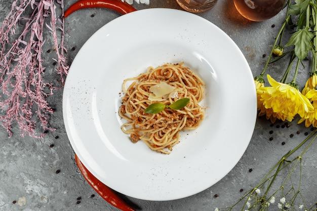 Pâtes spaghetti avec sauce bolognaise et parmesan, vue de dessus