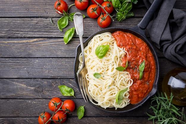 Pâtes spaghetti à la sauce tomate et basilic sur bois