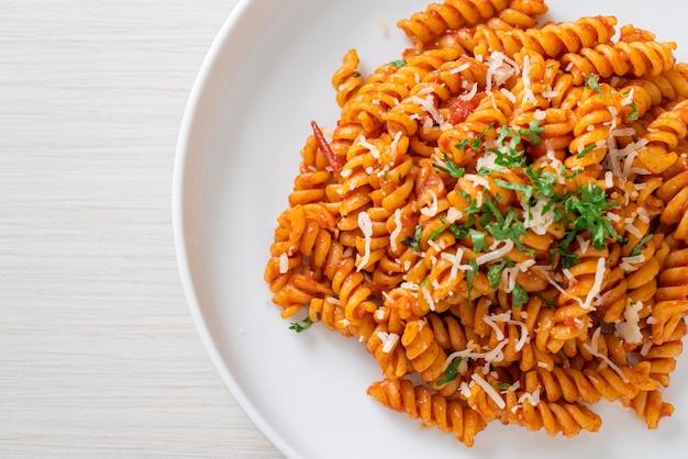 Pâtes en spirale ou spirali avec sauce tomate et fromage - style cuisine italienne