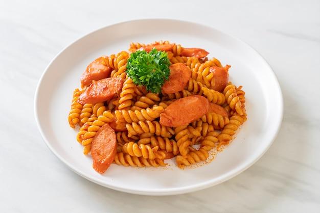 Pâtes en spirale ou spirali avec sauce tomate et saucisse - style cuisine italienne