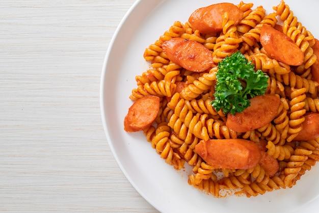 Pâtes en spirale ou spirali avec sauce tomate et saucisse